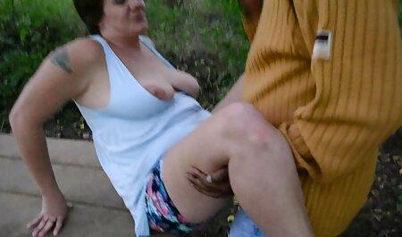 Először megdugja az ujját, aztán szexfilmek teljes rábaszik.